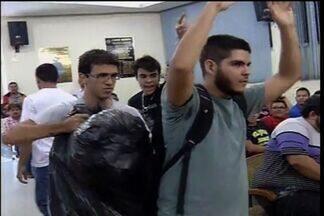 Quatro jovens jogam lixo dentro da Câmara de Vereadores de Juazeiro do Norte - Grupo protestava contra série de escândalos do parlamento municipal.