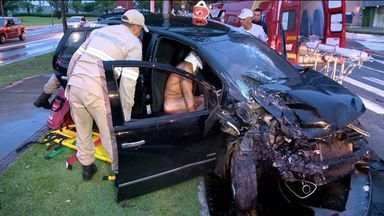 Motorista pelado se envolve em acidente em avenida de Vitória - Segundo relatos, homem ultrapassou sinal vermelho e bateu em ônibus.Além do motorista, uma passageira do coletivo se feriu na colisão.