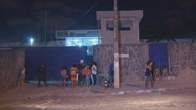 Cinco presos foram baleados durante uma confusão entre detentos no Aníbal Bruno - Nesta sexta, parentes dos detentos procuravam saber informações. Os feridos foram levados para o Hospital Otávio de Freitas.