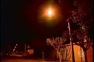 Moradores do bairro Vila Eduardo têm problemas de iluminação resolvido - A rua Paulo Afonso estava às escuras, mas lâmpadas foram colocadas nos postes