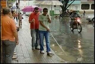 Deficientes visuais em Montes Claros encontram dificuldades para andar pela cidade - Toldos e calçadas irregulares são alguns dos obstáculos.