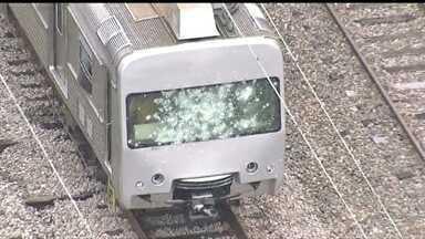 Trem da Supervia é apedrejado após apresentar pane - O freio de emergência foi acionado e o trem parou próximo à estação Honório Gurgel;. Segundo a Supervia, um grupo de passageiros jogou pedras e tentou incendiar a cabine do maquinista.
