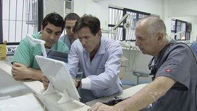 Dentista americano conhecido por atender famosos está na região - Ele também é especializado em implantes.