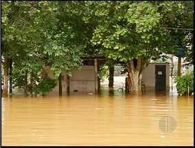 Rio Muriaé transborda em Itaperuna, Noroeste do estado do Rio - Famílias ficaram desalojadas por causa da chuva.