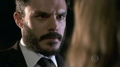 Maciel acusa Pilar de sentir vergonha dele - O motorista declara seu amor e deixa Pilar confusa