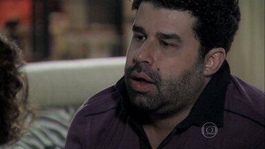 Rinaldo pede para beijar Márcia - Félix interrompe a conversa dos dois e percebe o clima