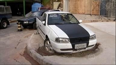 Carro cimentado numa calçada vira atração em Belo Horizonte - Na capital mineira, o dono de um carro se recusou a tirar o veículo de cima de uma calçada e funcionários de uma obra o cimentaram. O caso criou uma polêmica.