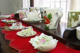 Ateliê da artista Ana Marb está aberto para visitas em Mogi - Estão expostas várias peças de porcelana pintadas à mão.