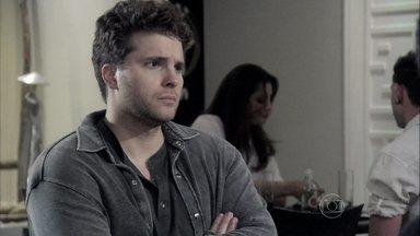 Niko decide lutar na justiça por exame de DNA - Silvia avisa que Amarilys se recusa a fazer o exame. Guto tenta convencer o empresário a desistir da ação