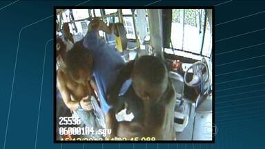 Passageiros agridem motorista de ônibus em Água Santa, no subúrbio do Rio - Dois passageiros de um ônibus não quiseram pagar a passagem ao chegar no ponto final. Um deles pulou a roleta mas não conseguiu descer porque o motorista se recusou a abrir a porta. Ele foi agredido e hospitalizado.