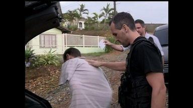 Veja no JH: Polícia faz operação para prender 20 integrantes de torcidas organizadas - Pelo menos duas pessoas morrem no Espírito Santo por causa das chuvas. Homem invade e ateia fogo em ônibus. Dois policiais morrem e dois são internados depois de fazer prova para as Forças Especiais da PM na Bahia.