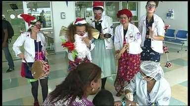 Artistas voluntários alegram rotinas de hospitais do DF - Voluntários de Brasília treinados na França se vestem de palhaços para alegrar a rotina de crianças com câncer.