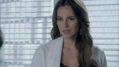 Paloma se preocupa com a saúde do bebê de Aline - César exige a presença da esposa durante os exames. Aline ofende Simone e se surpreende com as críticas de Paloma
