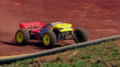 Confira os carros de brinquedo que parecem de verdade - Uma piloto de rali cross country e uma caminhoneira competem contra apaixonados por automodelismo.