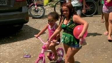 Exemplo! 'Bicicretários' doaram 347 bicicletas ao longo de 2013 - Mais Você acompanhou entrega em comunidade de São Paulo