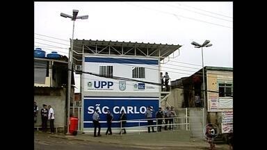 Dois PMs da UPP de São Carlos são presos - Os dois policiais militares foram presos em flagrante, depois de serem flagrados com dinheiro de uma moradora da comunidade, que é mãe de um traficante que havia acabado de ser detido.