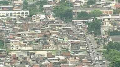 Polícia investiga de onde partiram os tiros que atingiram família na favela Para Pedro - Durante o tiroteio, três pessoas foram atingidas, entre elas uma menina de 12 anos que morreu. Policiais militares dizem que foram atacados por bandidos. Moradores da comunidade afirmam que não houve tiroteio.