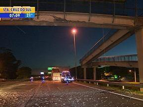 Trecho da BR-290, em Porto Alegre, está com estreitamento de pista - Caçamba de caminhão bateu em passarela que fica sobre a freeway.