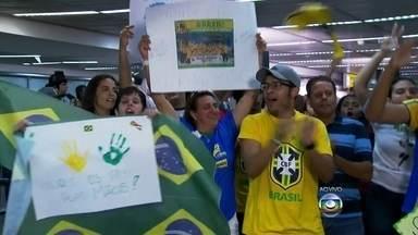 Seleção Feminina de Handebol chega ao aeroporto de Guarulhos, SP - O avião com a seleção campeã já chegou ao aeroporto. Foram nove vitórias em nove jogos no Mundial de Handebol