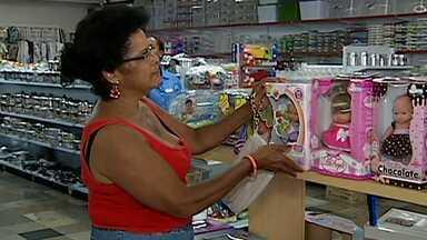 Em Uberlândia, turistas encontram lembranças curiosas para Natal - Quanto maior a família, mais baixo é o valor do presente.