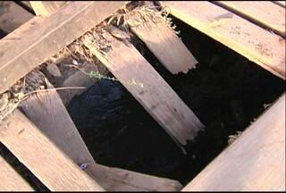 Moradores do Urumanduba reclamam das condições de ponte - Máquina quebrou parte da madeira e afetou abastecimento de água.