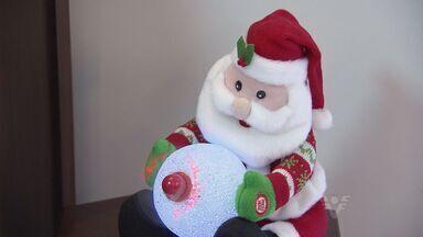 Jovem decora toda a casa para o Natal - Pedro adora o Papai Noel e aproveita a data para decorar a casa e colecionar enfeites.
