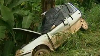 Acidente deixa um morto na MGC-259, perto de Governador Valadares - Batida foi nesta segunda-feira. O homem perdeu o controle da direção do carro, saiu da pista e bateu em uma árvore. Não chovia no momento do acidente.