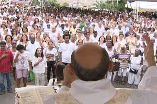 Fiéis lotam a colina sagrada na última sexta-feira do ano - Fé e emoção se misturam durante as missas no local.