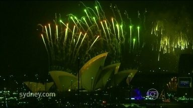 Ano Novo chega à Ásia e à Oceania com luzes, cores e muitas tradições - Nova Zelândia, Antártica, Austrália, Dubai e Japão já celebram a chegada de 2014. A China iluminou a Grande Muralha. Os inventores dos fogos de artifícios fizeram espetáculos grandiosos em Xangai e Hong Kong.