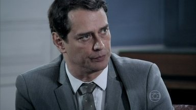 Eron aconselha Paloma a investigar Aline - A médica questiona os advogados de César sobre o que pode ser feito para denunciar a vilã