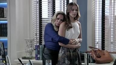 Paloma conta para Pilar que Aline está enganando César - Bernarda convida a neta para seu casamento com Lutero. Pilar revela para Paloma que está namorando Maciel