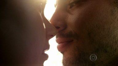 Amores Roubados - Capítulo de sexta-feira, dia 10/01/2014, na íntegra - Leandro leva Antônia para passeio romântico em barco