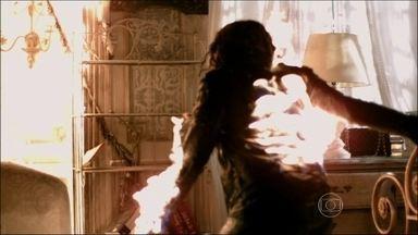 Leila não escapa do fogo - Com a ajuda do espírito de Nicole, Thales consegue salvar Natasha
