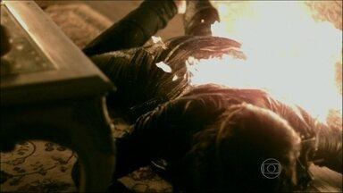 Amor à Vida - Capítulo de segunda-feira, dia 13/01/2014, na íntegra - Thales consegue salvar Natasha, mas Leila não escapa do fogo. Félix conta a Paloma que o amante de Aline é Ninho. César percebe que Aline está acompanhada por outra pessoa em casa
