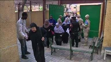 Referendo sobre a nova constituição chega ao fim no Egito - O governo anunciou que o texto foi aprovado por maioria ampla. Ele reforça o papel do Exército e diminui a influência da religião islâmica.
