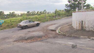 Moradores de Poços de Caldas (MG) fazem concurso para eleger o maior buraco da cidade - Moradores de Poços de Caldas (MG) fazem concurso para eleger o maior buraco da cidade