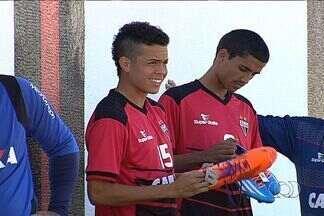 Jogadores do Atlético-GO querem começar 2014 com o pé direito - Atletas escolhem as chuteiras para a estreia no Goianão