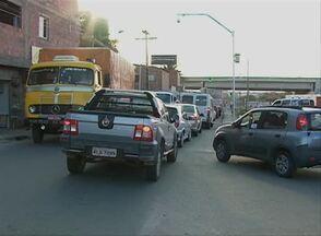 Em Caruaru, motoristas reclamam de sinalização no Bairro Centenário - Semáforo na Rua Professor Ferrúcio demora a abrir e forma filas de carros e motos.