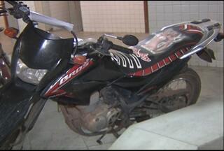 Polícia apreende moto usada em assalto - O veículo usado para assaltar uma joalheria estava na frente da casa do parente de um dos suspeitos, no bairro do Diamantino.