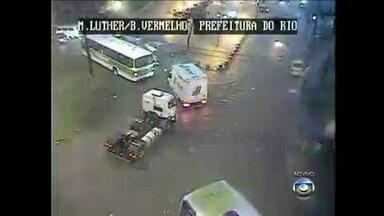 Chuva forte provoca pontos de alagamento no Rio - A chuva forte deixa a cidade em estado de atenção. A Avenida Brasil segue bastante engarrafada.