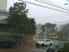 Chuva forte e rápida provoca alagamentos na região de Jundiaí - Temporal provocou estragos em Cabreúva, inclusive provocando a interdição de um trecho de rodovia, e em Campo Limpo Paulista.