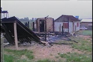 Duas casas são destruídas pelo fogo em Santa Maria, RS - Os incêndios ocorreram no Bairro Lorenzi durante a madrugada.