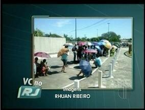 Quissamã, RJ: filas enormes para fazer inscrição em concurso público - De acordo com a prefeitura 26 profissionais irão reforçar o atendimento.Ambulantes estariam alugando cadeiras e vendendo água.