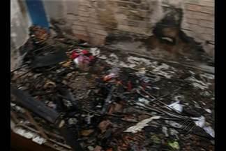 Velado corpo da menina que morreu em incêndio no bairro de Águas Lindas, em Ananindeua - A polícia fez uma vistoria no local e investiga o que teria provocado o acidente.