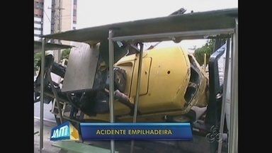 Empilhadeira cai de caminhão e atinge ponto de ônibus em Manaus - Abrigo foi parcialmente destruído após acidente; empresa terá que arcar com reparo da estrutura, diz Instituto.