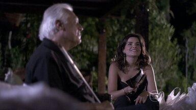 Aline dá um presente para Rebeca - A vilã é carinhosa com César, que fica pensativo