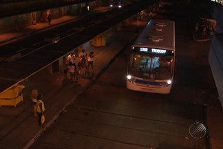 Usuários da Estação da Lapa ainda estão confusos com as mudanças nas linhas de ônibus - Segundo a prefeitura, a mudança faz parte de um conjunto de medidas para organizar o trânsito na capital e melhorar a mobilidade.