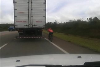 """Ciclistas se arriscam nas estradas baianas fazendo """"ponga"""" em ônibus e caminhões - A equipe do Jornal da Manhã de Vitória da Conquista flagrou várias situações."""