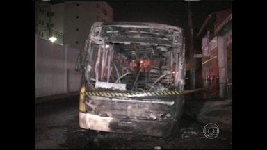 Ônibus é queimado durante protesto contra atropelamento em São Paulo - O coletivo foi incendiado na região do Lajeado, na Zona Leste da capital paulista. De acordo com os bombeiros, outro ônibus havia atropelado um motociclista no bairro no domingo (19). Depois do ataque, o grupo fugiu.
