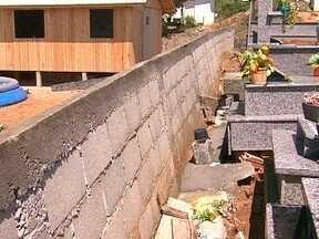Muro em cemitério de Palhoça corre risco de cair e tira tranquilidade de moradores - Muro em cemitério de Palhoça, na Grande Florianópolis, corre risco de cair e tira tranquilidade de moradores